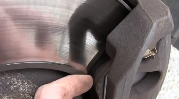 Comment changer vos plaquettes de freins ? – vidéo