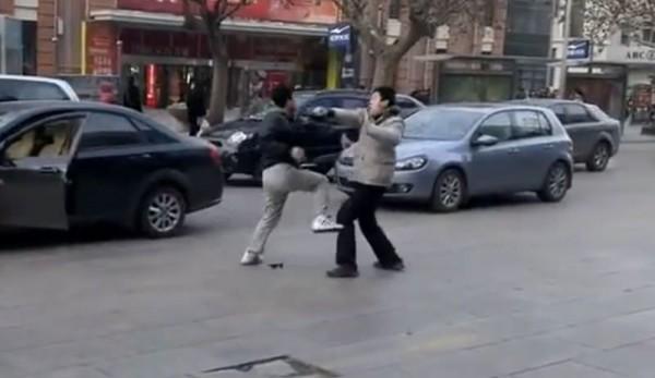 Violent combat entre deux conducteurs sur la façon Kung Fu chinois